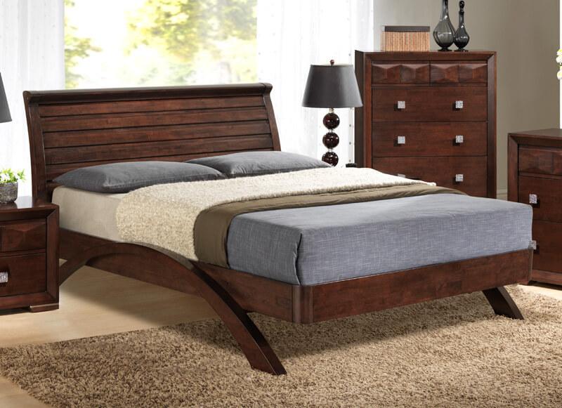 Кровать из дерева в интерьере