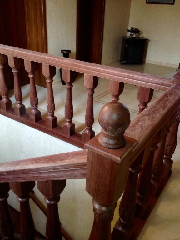 Лестница из лакированного массива