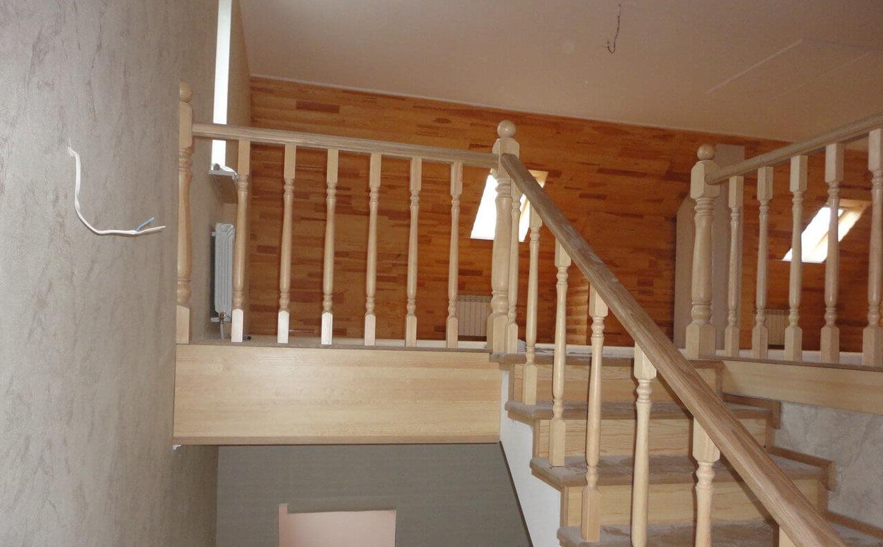 Лестница деревянная комбинированная