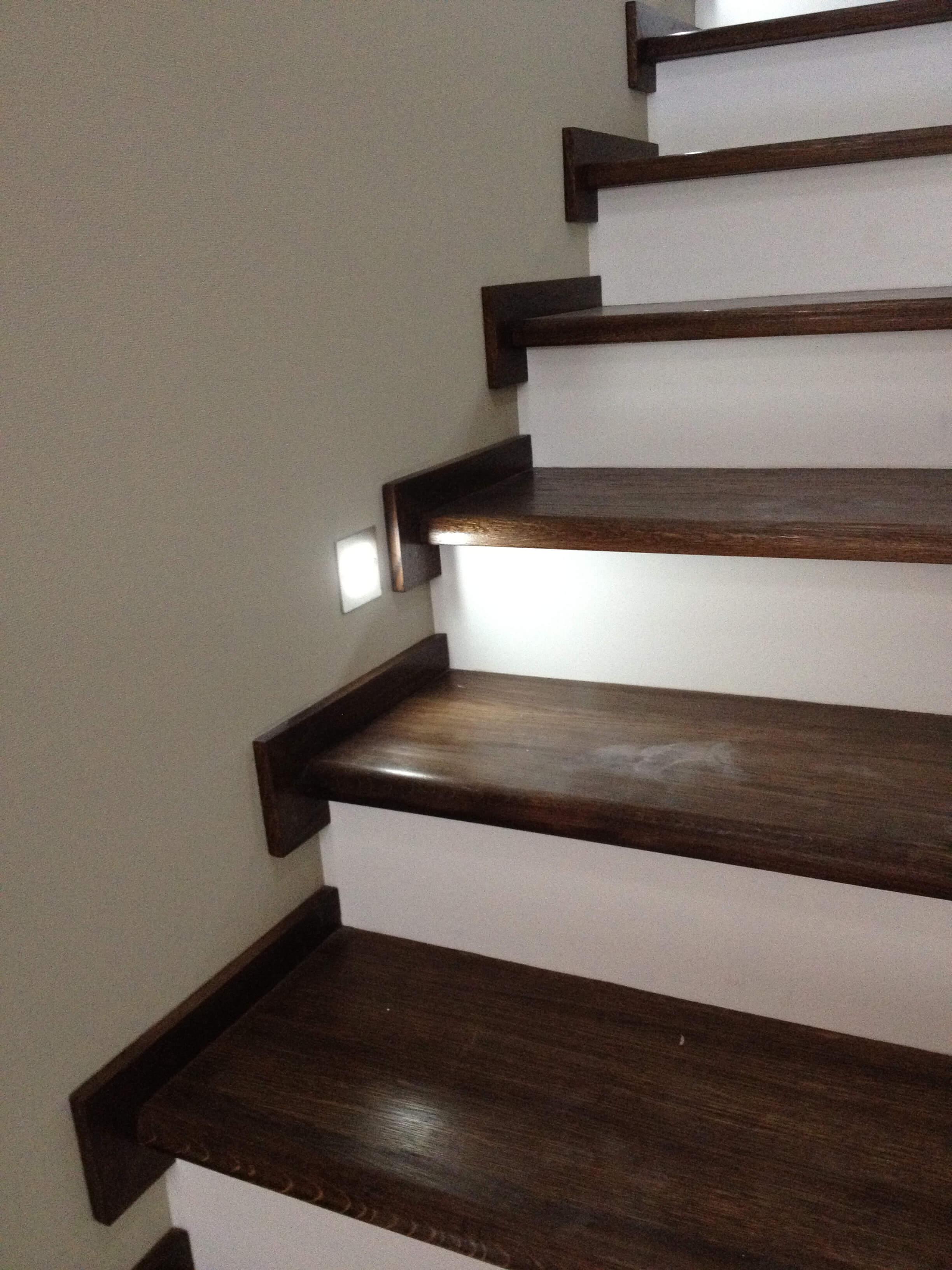 Прямая лестница с отделкой деревом