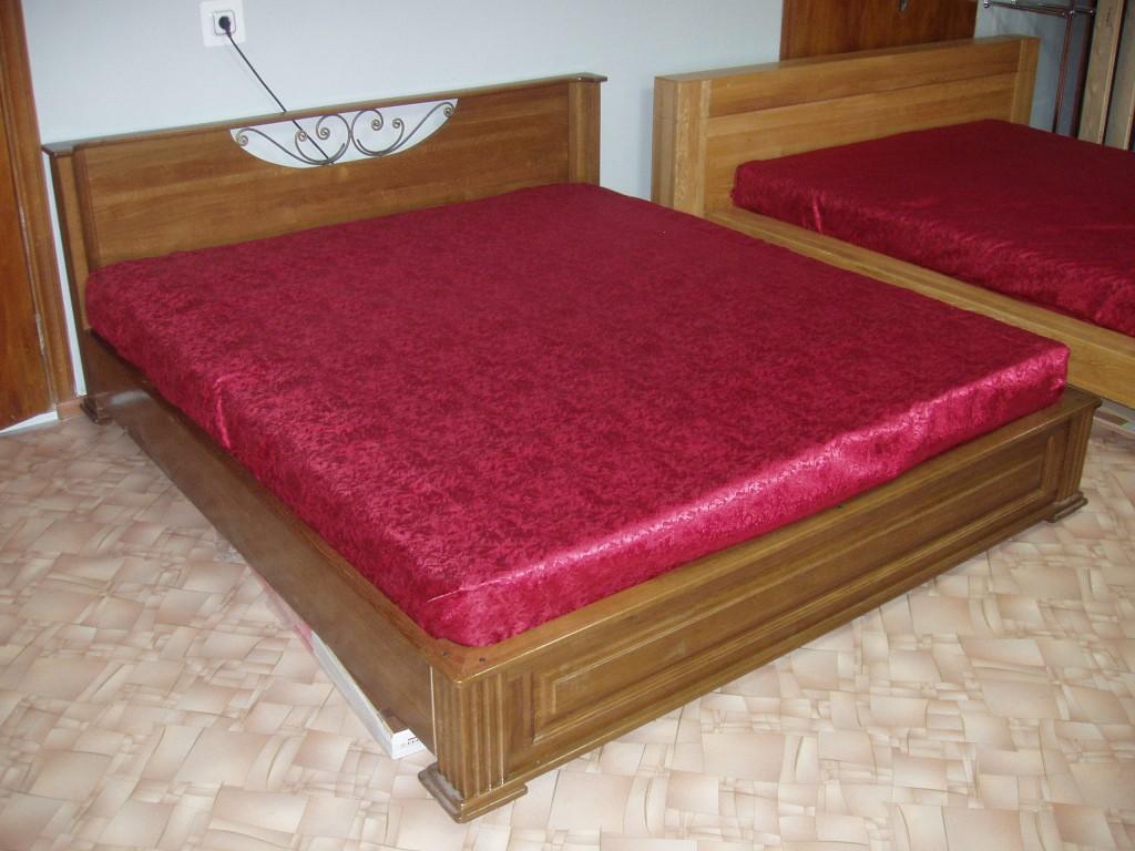 Кровать с элементом ковки из массива дуба под тонировкой