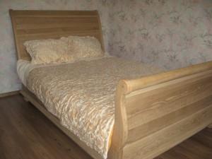 Кровать из дуба на точеных ногах
