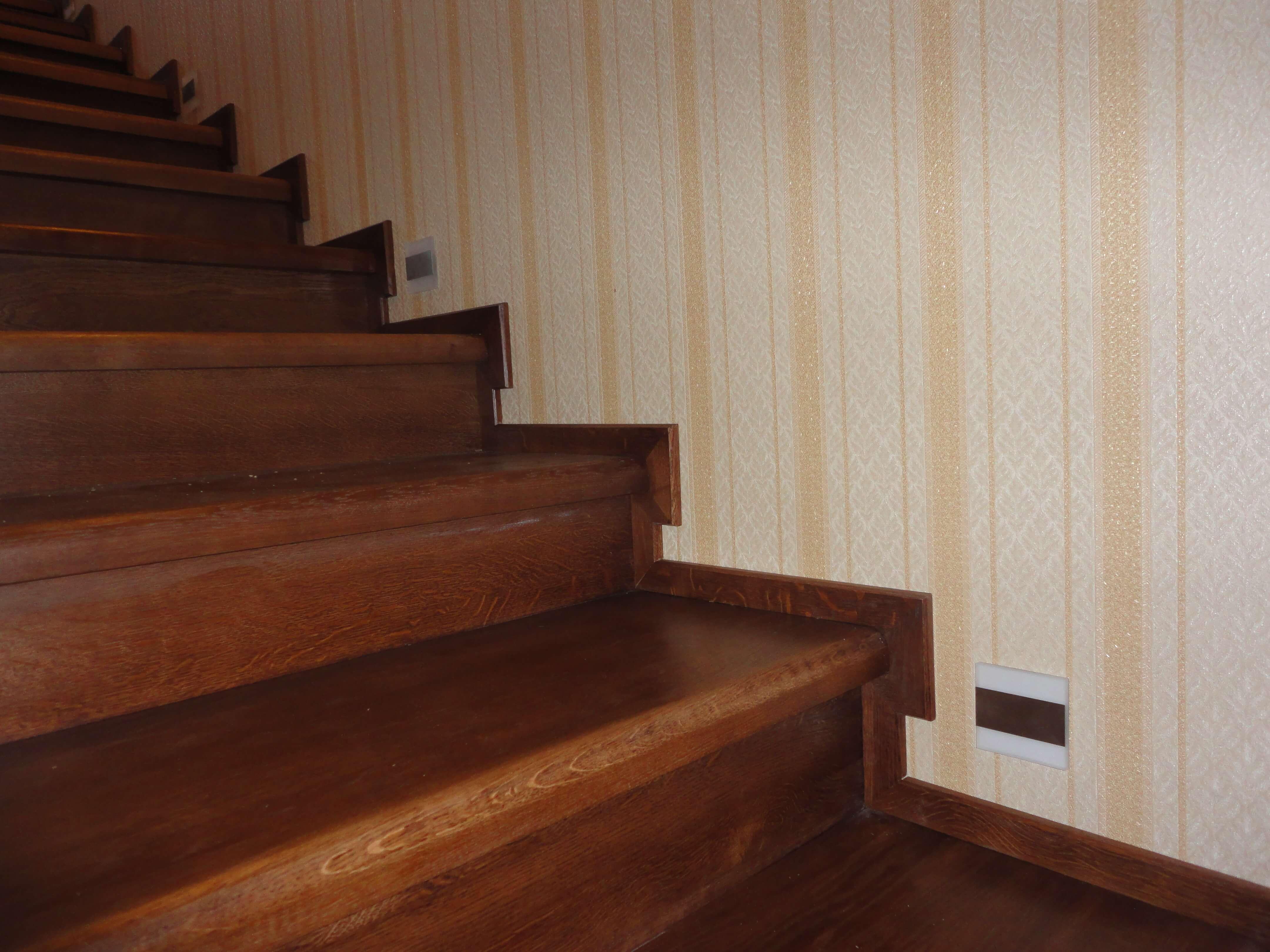 Лестница из массива дуба под тонировкой