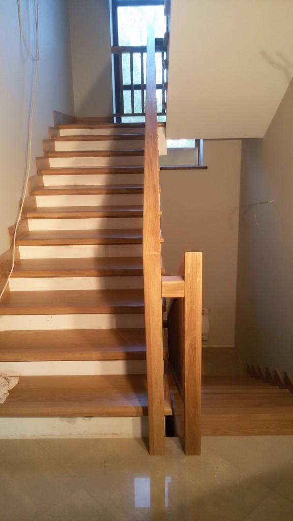 Лестница из массива дуба под лаком