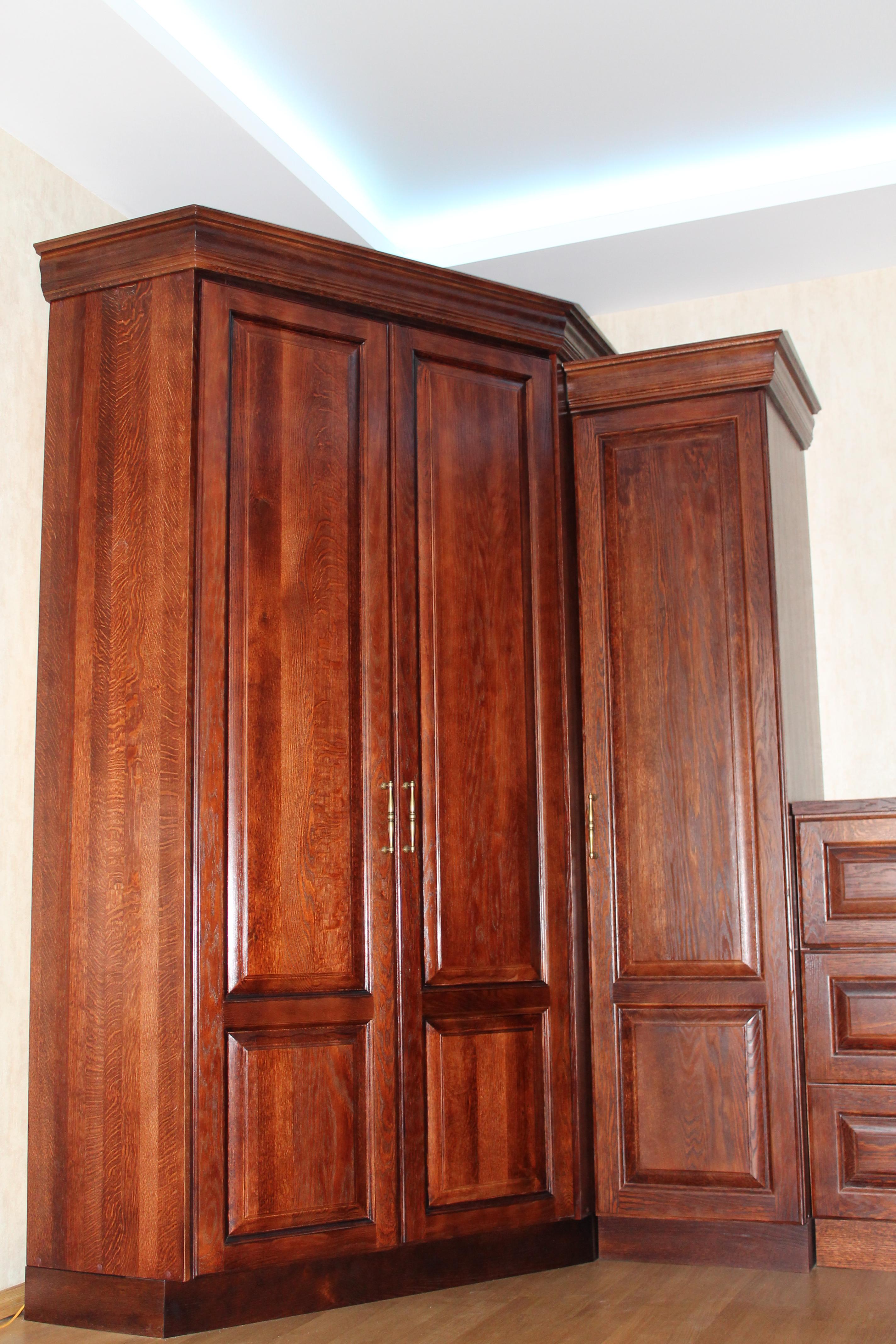 Шкаф деревянный из массива дуба
