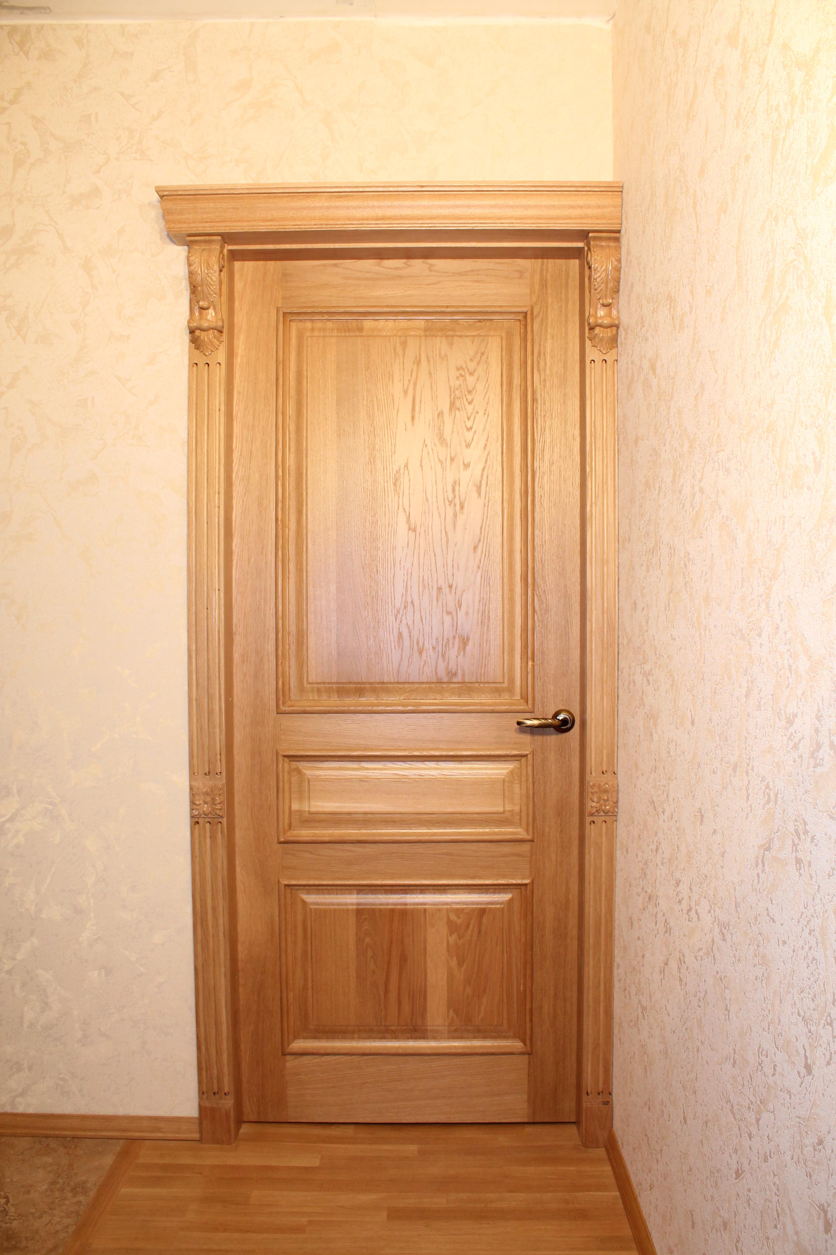 Двери деревянные с декоративными элементами